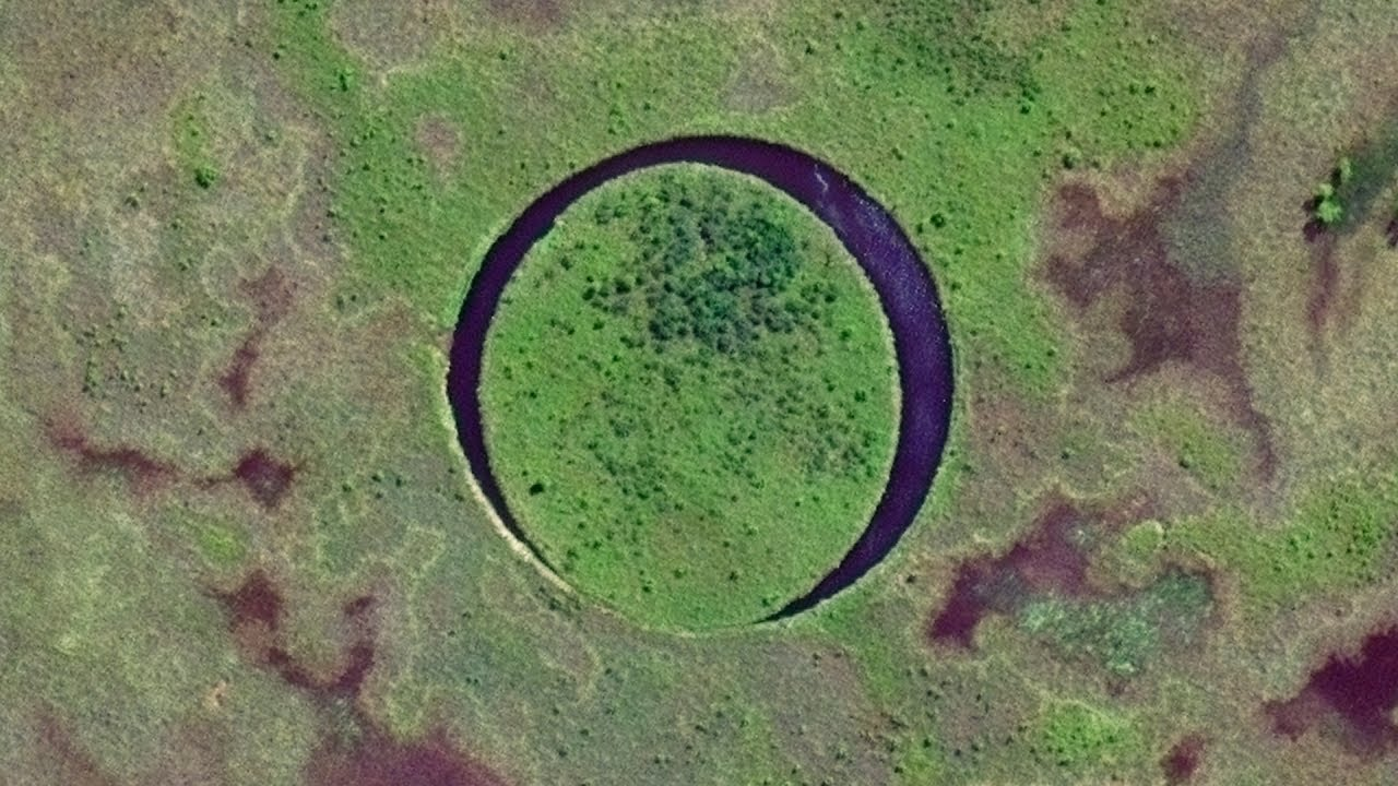 """This Lake Is Home To A Bizarre """"Floating Eye"""" Island"""